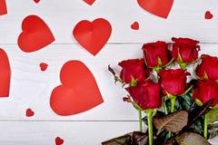 Mazzo di vista superiore delle rose rosse e dei cuori della carta sulla b di legno bianca Immagine Stock Libera da Diritti