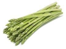 Mazzo diagonale dell'asparago verde isolato su fondo bianco fotografia stock libera da diritti