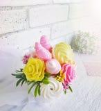 Mazzo dolce della caramella con le fragole del cioccolato e le rose del marzapane su fondo vago bianco fotografia stock libera da diritti