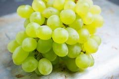 Mazzo dolce di uva verde sul fondo rustico del Th Immagini Stock