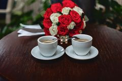 Mazzo e caffè di nozze con le fedi nuziali Fotografia Stock