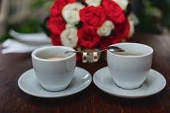 Mazzo e caffè di nozze con le fedi nuziali Fotografia Stock Libera da Diritti