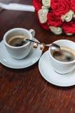 Mazzo e caffè di nozze con le fedi nuziali Immagine Stock