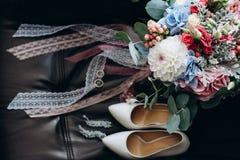Mazzo ed accessori della sposa Particolari di cerimonia nuziale immagine stock libera da diritti
