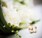 Mazzo ed anelli di cerimonia nuziale Fotografie Stock Libere da Diritti