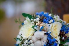 Mazzo ed anelli di cerimonia nuziale immagini stock