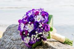 Mazzo ed anelli di cerimonia nuziale Il mazzo della sposa sulla pietra Dichiarazione di amore Partecipazione di nozze, dettagli d fotografia stock libera da diritti