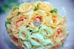 Mazzo ed anelli gialli del fiore per nozze Mazzo giallo dei fiori artificiali con le fedi nuziali Fotografie Stock Libere da Diritti