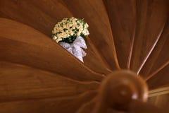 Mazzo elegante delle rose sulla scala Fotografie Stock Libere da Diritti