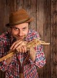 Mazzo felice del grano della tenuta dell'agricoltore su legno rustico Immagine Stock