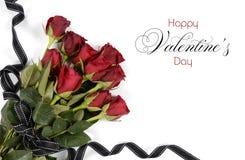 Mazzo felice di giorno di biglietti di S. Valentino delle rose rosse fotografia stock