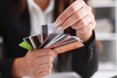 Mazzo femminile della tenuta del braccio di carte di credito Fotografia Stock