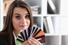 Mazzo femminile della tenuta del braccio di carte di credito Fotografie Stock