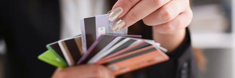 Mazzo femminile della tenuta del braccio di carte di credito Immagini Stock