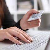 Mazzo femminile della tenuta del braccio di carte di credito Fotografia Stock Libera da Diritti