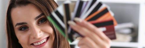 Mazzo femminile della tenuta del braccio di carte di credito Immagine Stock
