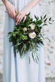 Mazzo floreale delicato dei fiori della molla in mani della donna fotografia stock