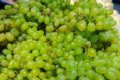 Mazzo fresco di uva verde matura nel mercato Fotografia Stock Libera da Diritti
