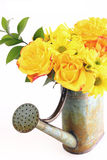 Mazzo giallo dei fiori della sorgente in latta di innaffiatura Fotografia Stock Libera da Diritti