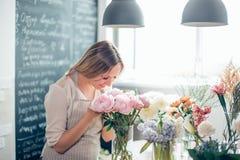 Mazzo grazioso dei fiori di fiuto della ragazza Fotografia Stock Libera da Diritti