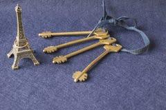Mazzo identico di chiavi con le miniature della torre Eiffel fotografia stock libera da diritti
