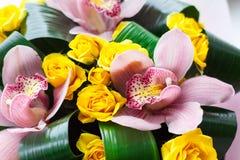 Mazzo luminoso delle orchidee rosa fresche e delle rose gialle Fotografia Stock Libera da Diritti