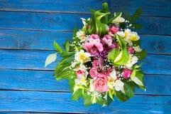 mazzo luminoso di alstroemeria, delle rose e dei verdi su backgr blu Immagini Stock Libere da Diritti