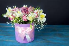 Mazzo luminoso di alstroemeria, delle rose e dei verdi sul blu e sul bla Fotografia Stock Libera da Diritti