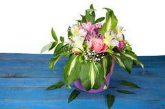 Mazzo luminoso di alstroemeria, delle rose e dei verdi sul blu e sul whi Fotografie Stock