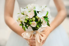 Mazzo nelle mani della sposa dalle rose del cespuglio Immagine Stock Libera da Diritti