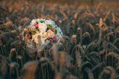Mazzo nuziale che si trova sul grano Fotografie Stock