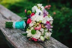 Mazzo nuziale con i fiori rossi e bianchi Fotografia Stock Libera da Diritti