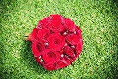 Mazzo nuziale con le rose e le ciliege Immagini Stock