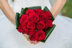 Mazzo nuziale con le rose rosse fotografie stock
