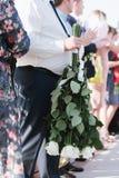 Mazzo nuziale dei fiori della fine della sposa su fotografie stock libere da diritti