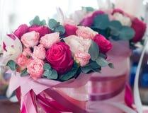 Mazzo nuziale delle rose rosse, rosa e bianche immagini stock