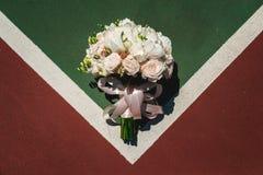 Mazzo nuziale lussuoso delle peonie e delle rose bianche su un cort immagini stock