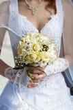 Mazzo nuziale nelle mani della sposa Fotografia Stock