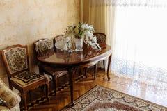 Mazzo nuziale in un vaso a cristallo elegante su una tavola di legno laccata scolpita immagine stock libera da diritti