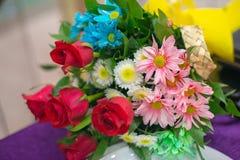 Mazzo per la festa di compleanno, mazzo del fiore del fiore per la festa fotografia stock libera da diritti