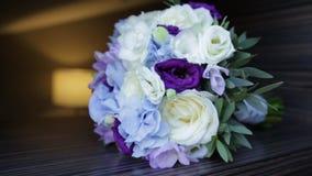 Mazzo perfetto delle rose lussuose della crema per nozze, il compleanno o giorno del ` s del biglietto di S. Valentino Vecchio fo video d archivio
