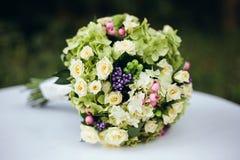 Mazzo piacevole di nozze in mano della sposa Fotografia Stock