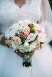Mazzo piacevole di nozze in mano della sposa Immagine Stock Libera da Diritti