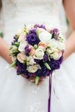 Mazzo piacevole di nozze in mano della sposa Immagini Stock