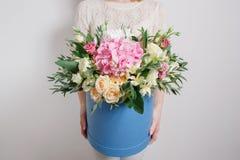 Mazzo ricco con l'ortensia in mano della donna rose variopinte e vari fiori della miscela di colore Fotografie Stock Libere da Diritti