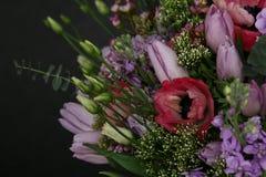 Mazzo ricco delle rose fresche e dei tulipani Immagini Stock