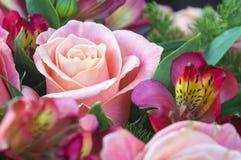 Mazzo romantico con le rose ed i alstroemerias Immagine Stock Libera da Diritti