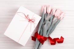 Mazzo romantico dei tulipani gialli e del contenitore di regalo bianco Immagini Stock