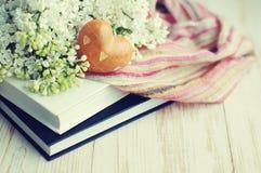 Mazzo romantico della primavera di un lillà e di un cuore bianchi Immagini Stock