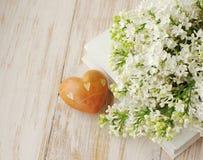 Mazzo romantico della primavera di un lillà e di un cuore bianchi Fotografie Stock Libere da Diritti